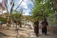 拉达克,印度- 5月14 :一位未认出的西藏佛教徒致力 免版税库存照片