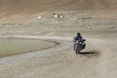拉达克,印度- 7月10,2014 :在Pangong湖的骑自行车的人骑马 免版税库存照片