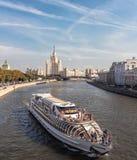 拉迪森小舰队的船和Kotelnicheskaya堤防的摩天大楼 免版税库存照片