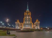 拉迪森皇家旅馆莫斯科在晚上 免版税库存图片