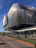 拉迪森蓝色江边旅馆 银色金属大厦 在城市的看法 免版税库存照片