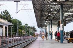 拉里萨火车站的铁路和平台 免版税库存图片
