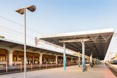 拉里萨火车站的铁路和平台 免版税库存照片