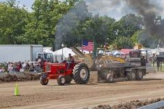 拉重量的红色Allis Chalmers拖拉机 免版税库存图片