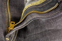 拉链的蓝色接近的牛仔裤纺织品 免版税库存图片