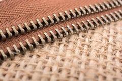 拉链的零件在亚麻帆布背景的 免版税库存照片