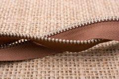 拉链的零件在亚麻帆布背景的 免版税图库摄影