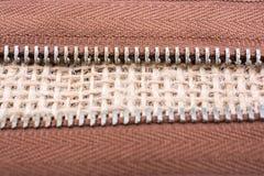 拉链的零件在亚麻帆布背景的 库存图片