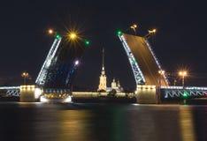 拉长的宫殿桥梁和彼得和保罗堡垒在不眠夜,圣彼得堡,俄罗斯里 免版税图库摄影