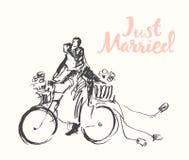 拉长的愉快的新娘新郎自行车传染媒介剪影 免版税图库摄影