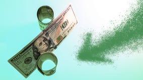 拉长的绿色箭头指向标志百分之由美元票据做成 减少金钱, de的百分比的概念 免版税库存照片