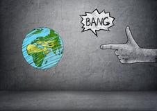 拉长的行星地球和男性递做射击姿态 库存图片