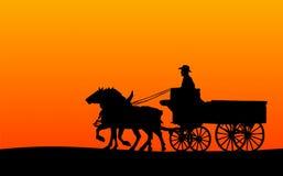 拉长的马剪影无盖货车 免版税库存照片