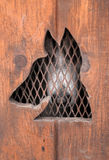拉雪橇狗在狗箱子等待 免版税库存图片