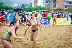 拉雷多,西班牙- 7月30 :未认出的女孩球员传球给庆祝的西班牙手球冠军的一个同事  免版税库存图片