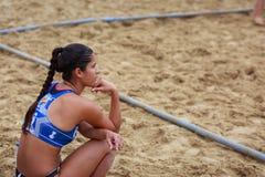 拉雷多,西班牙- 7月30 :朱莉安娜泽维尔安德拉德德奥利韦拉, BMP阿尔盖斯莱斯球员手表在边线的比赛,等待她的轮 库存图片