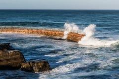 拉霍亚与岩石和碰撞的波浪的儿童的水池 免版税库存照片