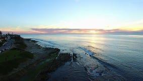 拉霍亚小海湾海滩和圣地亚哥沿海水域的空中射击日落的 股票录像