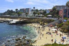 拉霍亚,加州- 8月3日:享受一个美好,晴朗的下午的海滩行人在拉霍亚小海湾在圣地亚哥, 2013年8月3日的加州 免版税库存图片