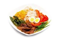 拉面汤用小牛肉 非常浓和难以置信地鲜美日本汤 免版税库存图片