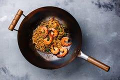 拉面混乱油炸物面条用在铁锅平底锅的虾 免版税图库摄影