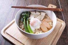 拉面用中国无头甘蓝,鸡蛋,香肠, brakefast的蘑菇 免版税图库摄影