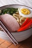 拉面面条用猪肉和鸡蛋在碗关闭 垂直 免版税库存照片