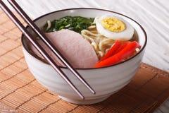 拉面面条用猪肉和鸡蛋在碗关闭 水平 库存照片