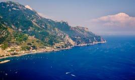 从拉韦洛和地中海看见的阿马尔菲海岸 库存照片