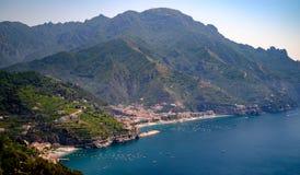 从拉韦洛和Minori看见的马奥莱 地中海和Amalf 免版税图库摄影