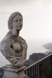 拉韦洛,别墅Cimbrone在一个多云夏日,妇女,阿马飞海岸,意大利的雕象 库存照片
