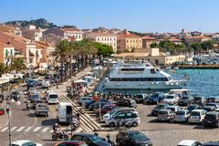 拉马达莱纳港在意大利 小船、游人和汽车 免版税库存照片
