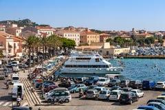 拉马达莱纳港在意大利 小船、游人和汽车 库存照片