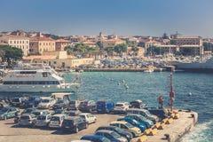 拉马达莱纳港在意大利 小船、游人和汽车 免版税库存图片
