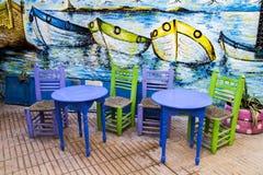 索维拉,摩洛哥- 2017年1月8日:五颜六色的椅子和桌 库存照片