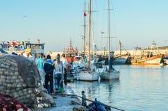 索维拉,摩洛哥- 2015年9月18日:渔夫在钓鱼以后 免版税库存图片