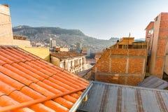 拉巴斯都市风景城市窗口视图大厦屋顶,玻利维亚 免版税库存图片