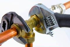 拉紧管道工程管组的水管工 免版税图库摄影