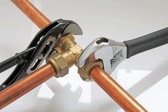 拉紧管道工程管组的水管工 库存图片
