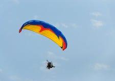 巴拉滑翔机和蓝天 库存图片