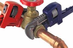拉紧铜管道工程管组的水管工` s可调扳手 库存照片
