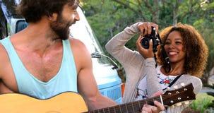 拍一个人的照片妇女弹吉他 影视素材