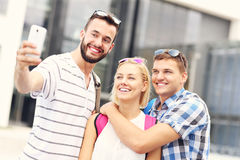 拍一张照片的小组朋友在学院 免版税库存图片