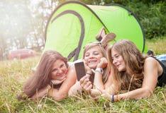 拍一张照片的小组朋友他们的野营假日 免版税库存照片