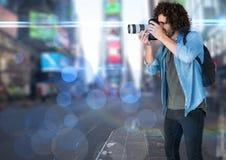 拍一张照片的摄影师在城市 被弄脏的光和火光到处 免版税库存照片