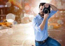 拍一张照片的摄影师在有火光和被弄脏的光的te城市到处 免版税图库摄影