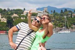 拍一张照片的游人在有他们的电话的法国 免版税库存图片