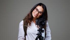 拍与一台专业照片照相机的女性照片 免版税库存照片