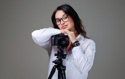 拍与一台专业照片照相机的女性照片 库存图片