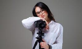 拍与一台专业照片照相机的女性照片 图库摄影